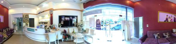 The Sib Clinic - Thonglor Branch - Bangkok - Inside clinic is clean an reception desk welcome